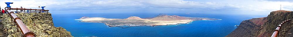 09/04/2009. Spain, España, Canary Islands, Canarias, Lanzarotie, View from Mirador del Rio to La Graciosa island. Cesar Manrique Site of interest.. Arrecife, Mirador Del Rio, Lanzarote. Canary Islands, Spain, España