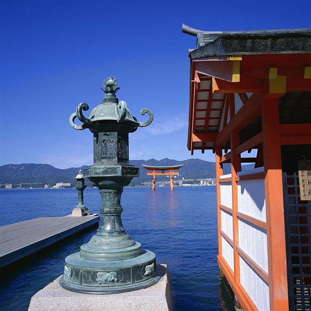 Floating torii, Itsukushima-jinja shrine, Miya-Jima island, Miya-Jima, Honshu, Japan, Asia
