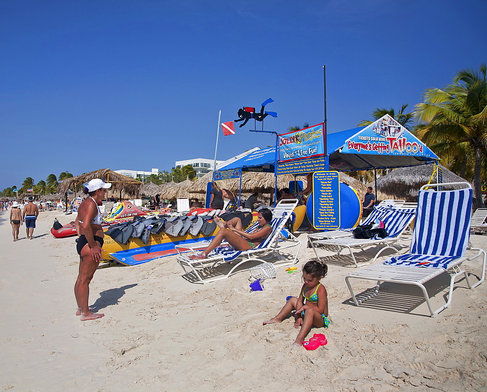 Dutch Antilles, Aruba, Oranjestad, Holidaymakers on Palm Beach.