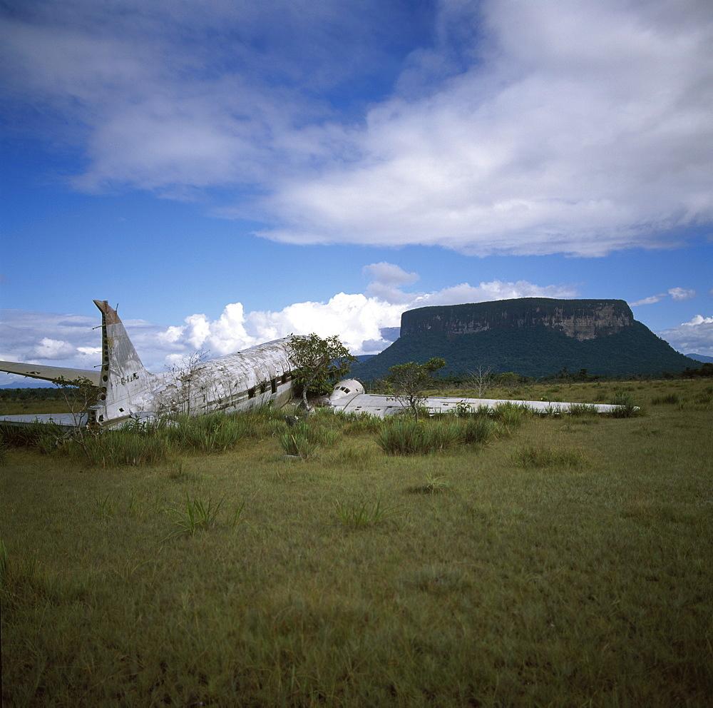 Crashed DC3 aircraft at Alto Carrao with Amauray-tepui in background, Gran Sabana, Estado Bolivar, Venezuela, South America