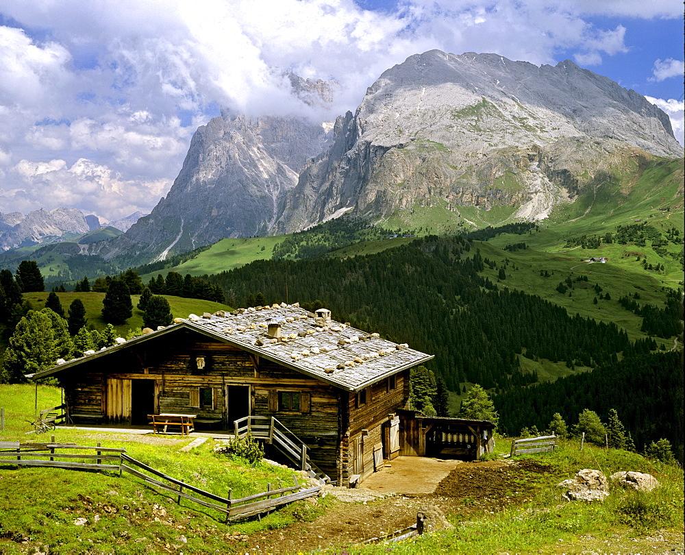 Alm Hut, Langkofel and Plattkofel mountains, Seiseralm Alpe di Siusi, Dolomites, South Tyrol, Italy, Europe