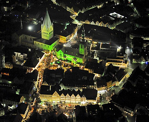 Aerial photo, night shot, Christmas market, town hall, St. Patrokli Dom Cathedral, Morgner-Haus building, site of the Alte Pfalz, imperial palace, St.-Petri-Kirche church, Soest, South Westphalia, North Rhine-Westphalia, Germany, Europe