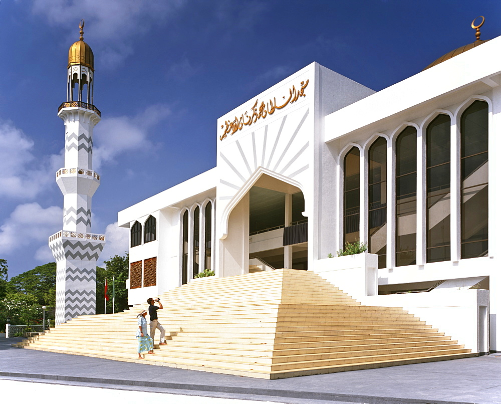 Friday Mosque, minaret and golden dome, tourists near entrance, Male (Dhivehi), Maldives, Indian Ocean