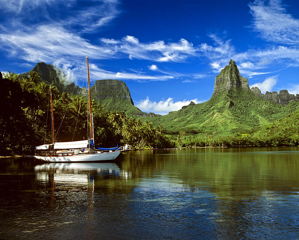 Sailing boat in Cook's or Paopao Bay, Mt. Rotui and Mt. Mouaroa, Moorea, Society Islands, French Polynesia, South Pacific, Oceania