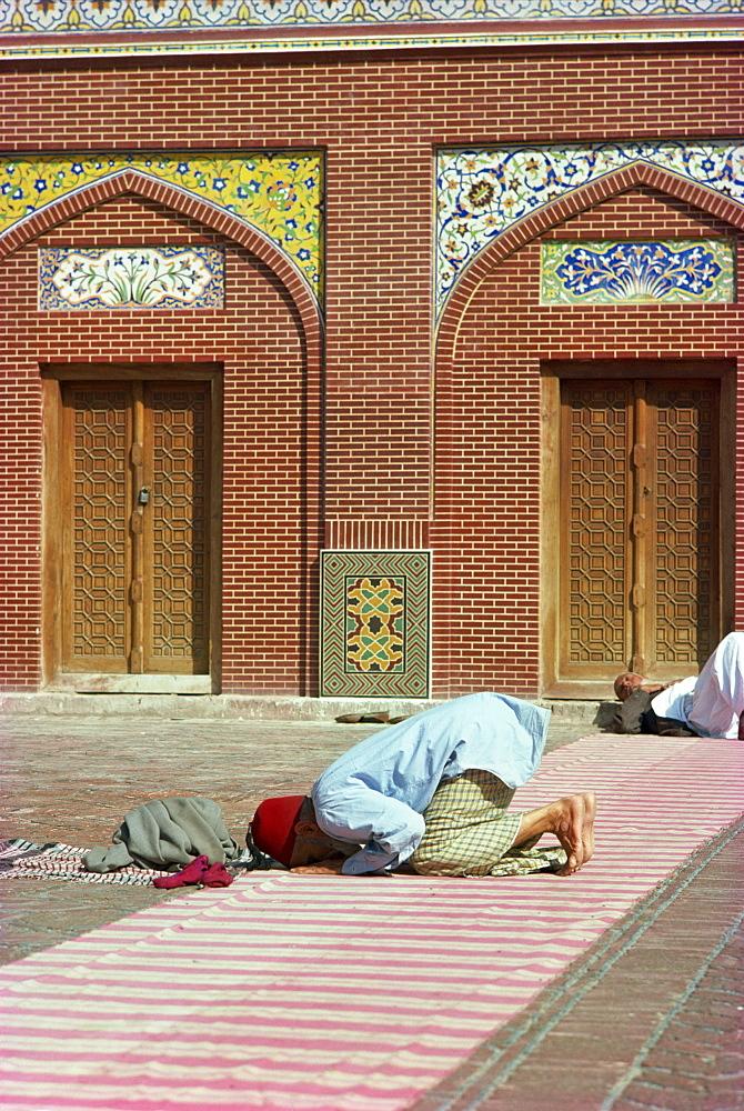 Man praying, Wazir Khan Mosque, Lahore, Pakistan, Asia