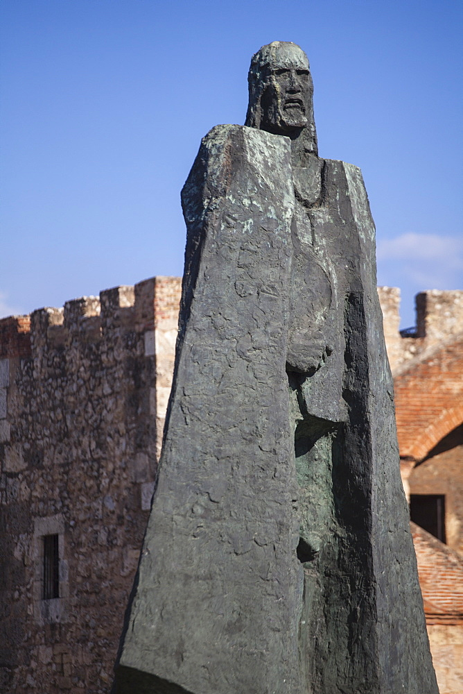 Bronze statue of Gonzalo Fernandez de Olviedo, in front of Torre del Homenaje (Tower of Homage), Fortaleza Ozama, Colonial Zone, UNESCO World Heritage Site, Santo Domingo, Dominican Republic, West Indies, Caribbean, Central America