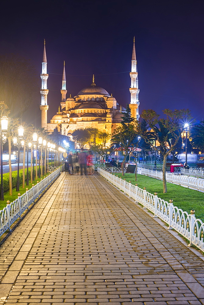 Blue Mosque (Sultan Ahmed Mosque), UNESCO World Heritage Site, in Sultanahmet Square Park and Gardens at night, Istanbul, Turkey, Europe