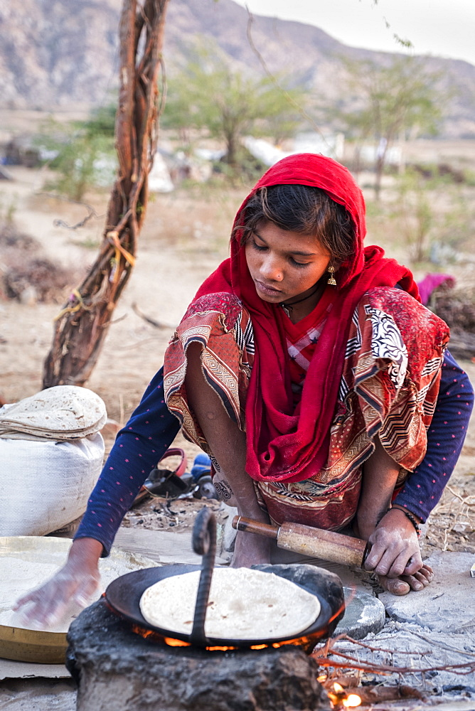 Hindu girl cooking bread in Pushkar, Rajasthan, India, Asia