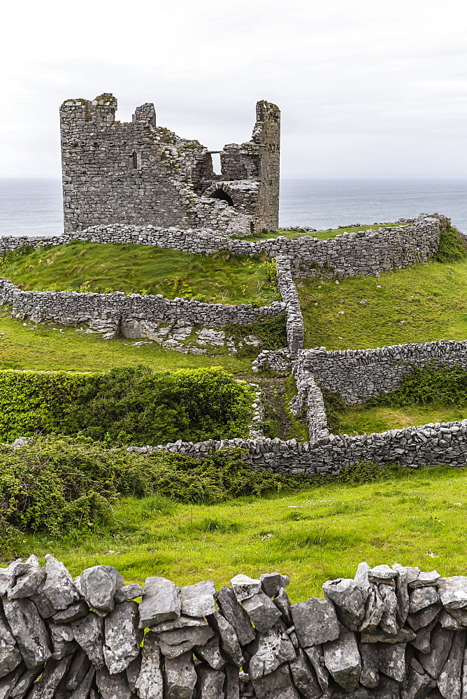 The remains of the abandoned Castle O'Brien on Inisheer, the easternmost of the Aran Islands, Galway Bay, Republic of Ireland, Europe