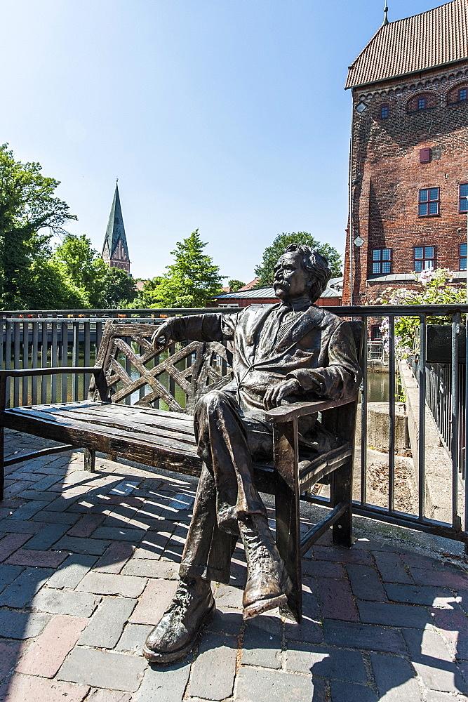 Mark Twain statue, Brausebruecke bridge, riverside quarter Wasserviertel, Lueneburg, Lower Saxony, Germany