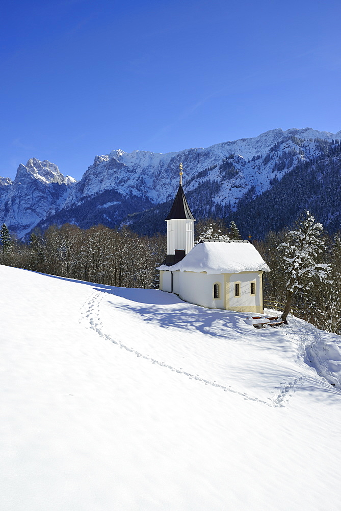 Snow-covered chapel of St Anthony, Kaisertal, Wilder Kaiser, Kaiser Mountains, Tyrol, Austria