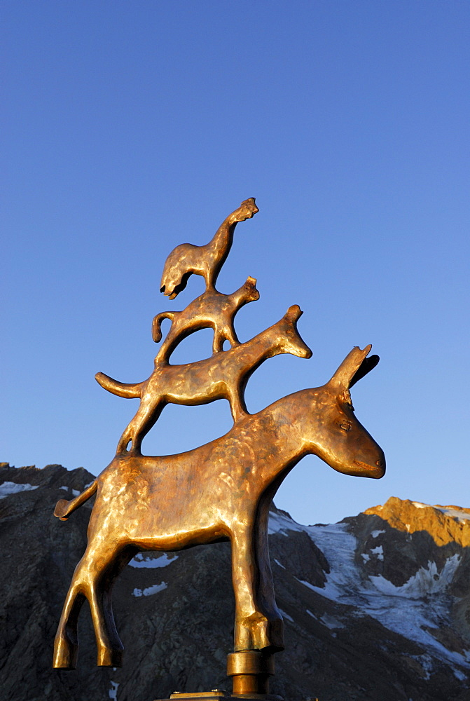 Bremer Stadtmusikanten, bronze sculpture in front of Bremer Huette showing cock, cat, dog and donkey, figures of fairy tale by Brothers Grimm, Stubaier Alpen range, Stubai, Tyrol, Austria