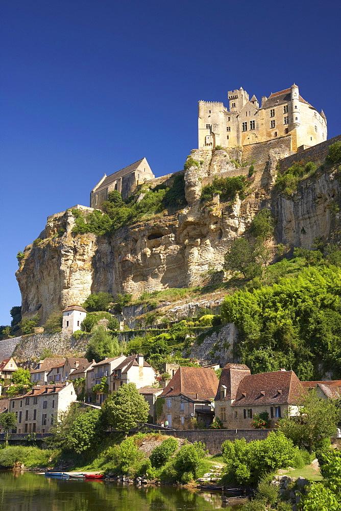 View of Beynac at the Dordogne river, The Way of Saint James, Road to Santiago, Chemins de Saint-Jacques, Via Lemovicensis, Beynac, Dept. Dordogne, Région Aquitaine, France, Europe