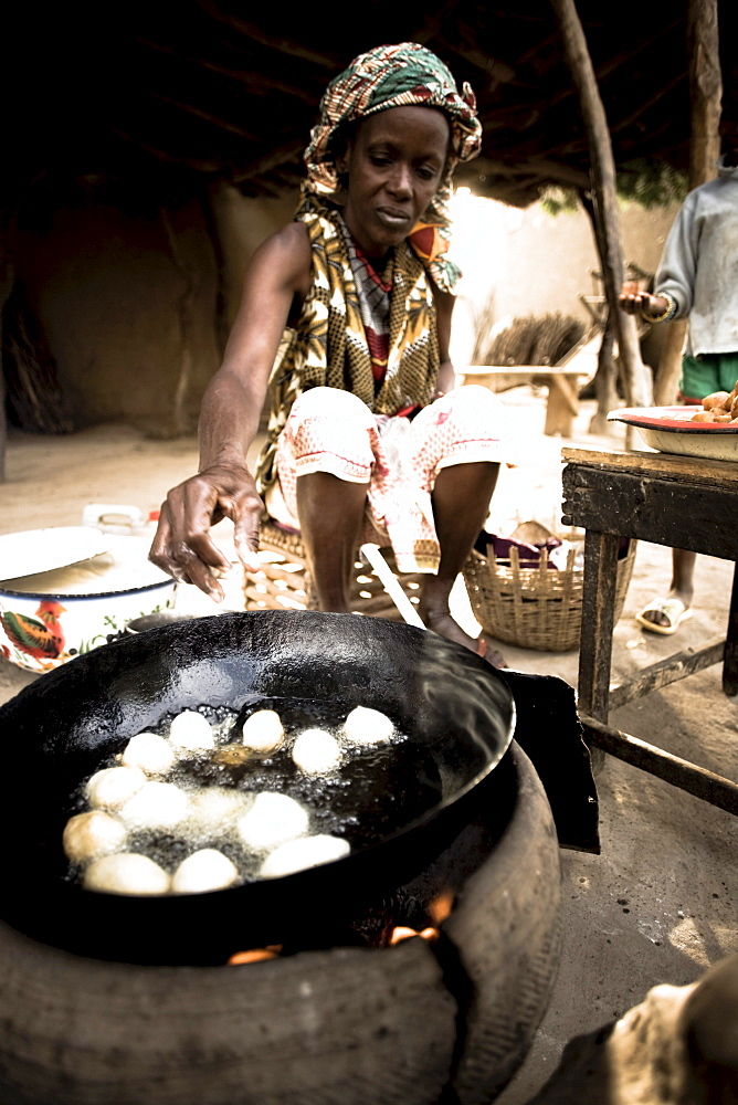 African woman frying dough balls, Djenna, Mali, Africa