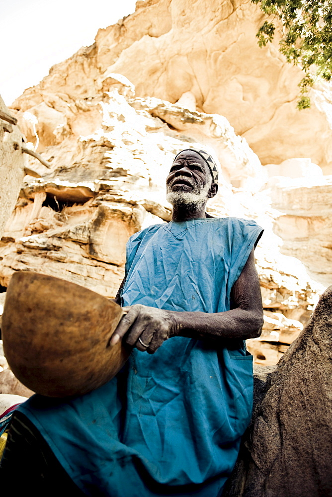 Old man of the Dogon people with basket, La Falaise de Bandiagara, Mali, Africa