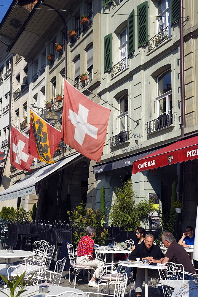 People sitting outside a cafe bar in the Gerechtigkeitsgasse, Old City of Berne, Berne, Switzerland