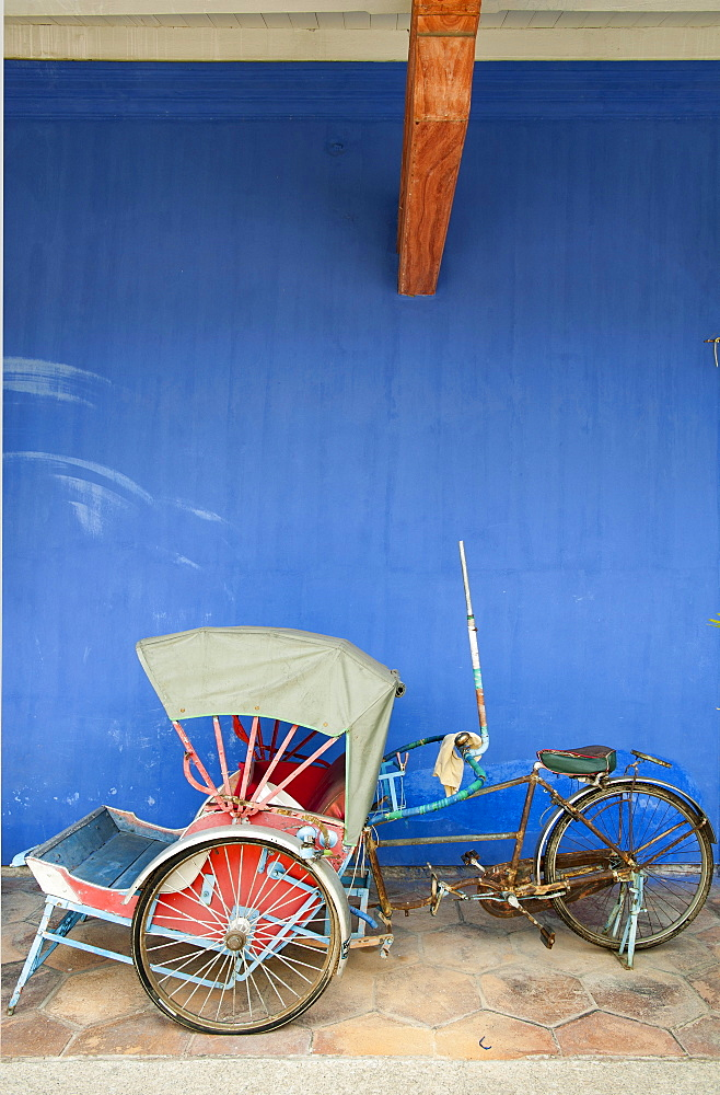 Trishaw in front of historic Cheong Fatt Tze Mansion, Georgetown, Penang, Malaysia, Asia