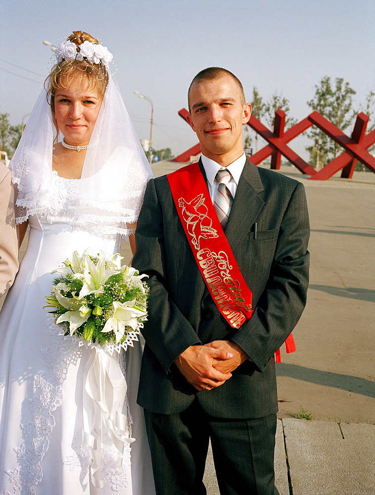 Newly weds in front of war memorial, Khimki Moscow, Moscow, Russia