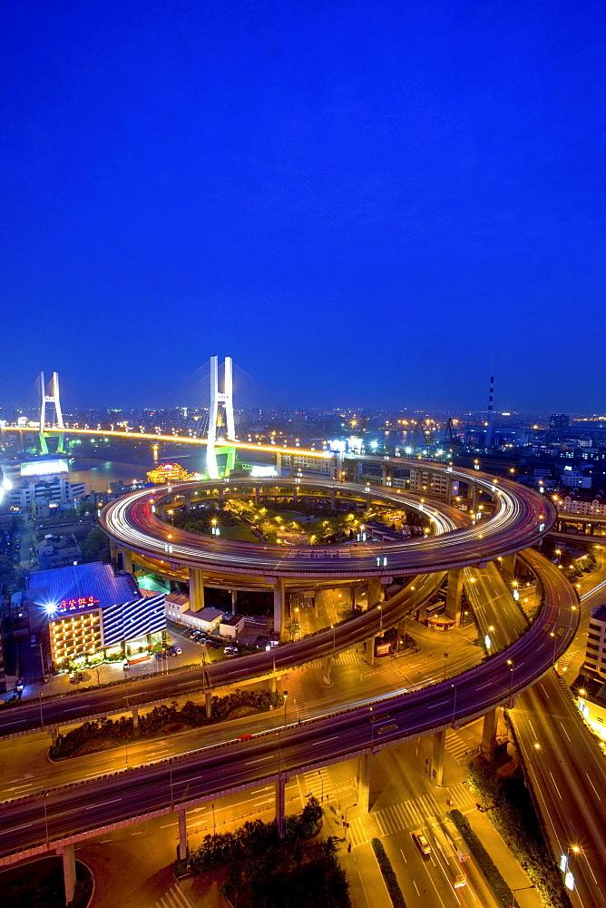 Nanpu Bridge, Autobahnschleife vor dem Ueberqueren des Huangpu River, Kreisel, Auto, Verkehr, Stadtautobahn, motorway, circle, spirale, Betonspirale, Gaojia expressway to Pudong