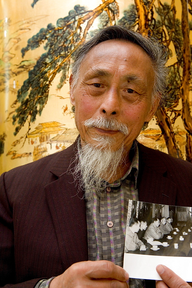 Uebersetzer Zhou Chun, translator Prof. Zhou Chun, shows an image of him with Chou En Lai