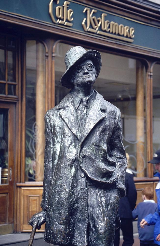 James Joyce bronze statue in front of Cafe Kylemore, Dublin, Ireland00058545