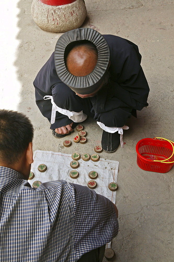 Abbot of Cui Yun Gong monastery plays Chinese chess, South peak, Hua Shan, Shaanxi province, Taoist mountain, China, Asia
