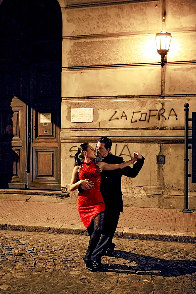 Young couple dancing the tango, San Telmo, Buenos Aires, Argentina, South America