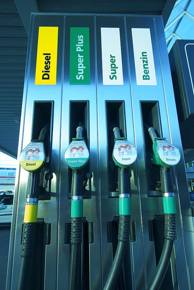 Berlin, Tankstelle, Zapfsaeulen . Diesel Super Plus Super Benzin