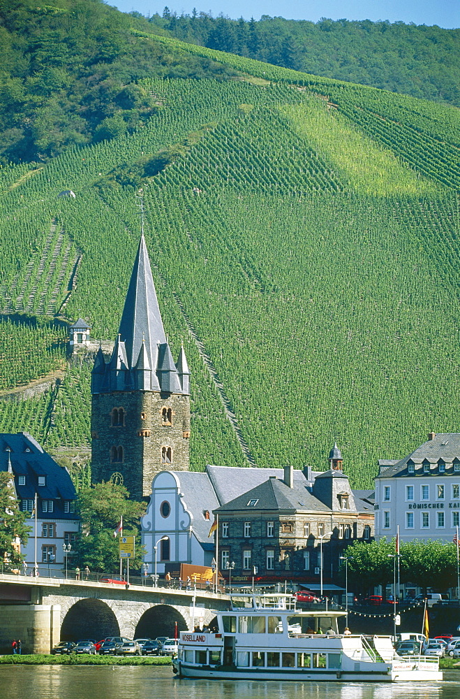 Excursion boat on river Moselle, St. Michael church in background, Bernkastel-Kues, Rhineland-Palatinate, Germany