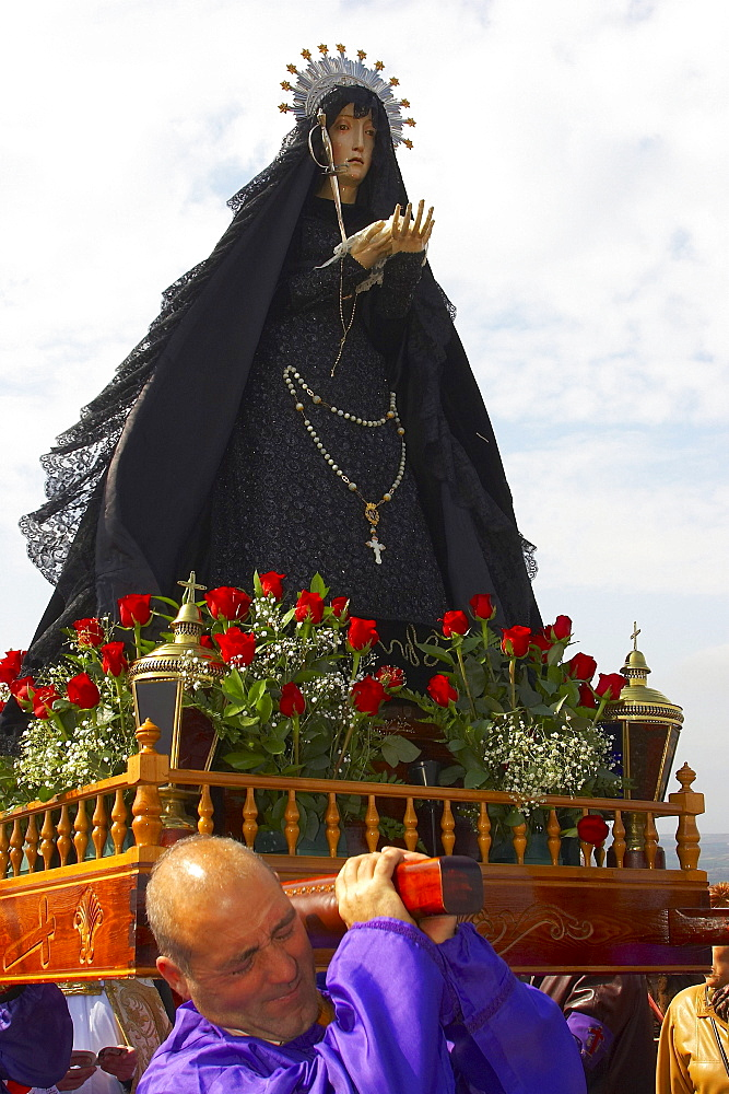 Man carrying Madonna, Good Friday penitent procession, Passion Week, town of San Vicente de la Sonsierra, La Rioja, Spain