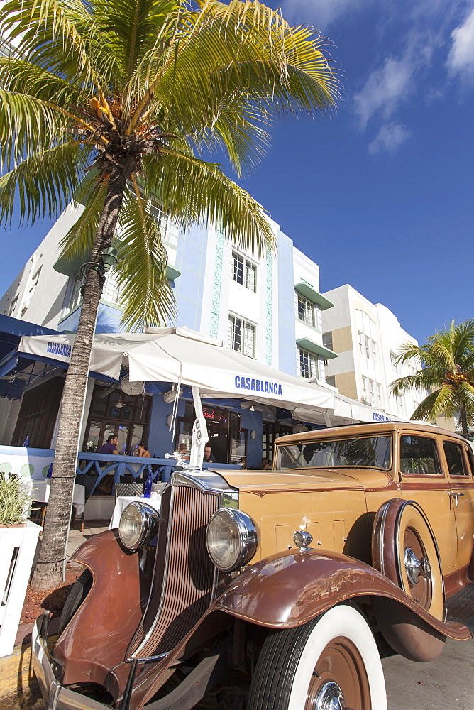 Oldtimer on the Ocean Drive, Art Deco District, South Beach, Miami, Florida, USA