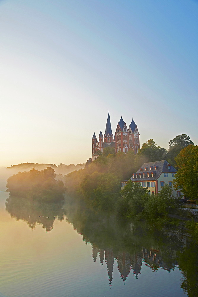 View from the Alte Lahnbruecke bridge across the river Lahn to Limburg cathedral in the early morning, St. Georgs Cathedral, Limburg, Westerwald, Hesse, Germany, Europe