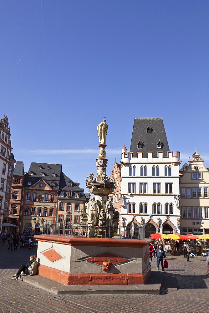 St. Peters fountain, Petrusbrunnen and Haus zur Steipe on the market square, Hauptmarkt, Trier, Rheinland-Pfalz, Germany