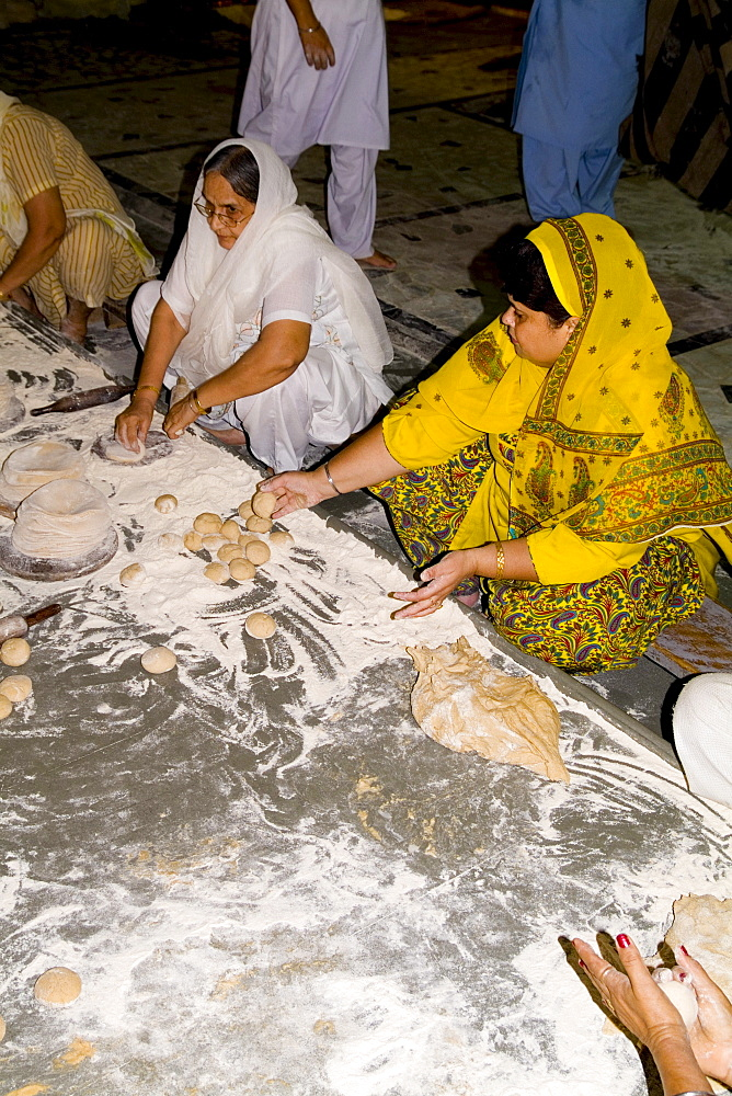India, New Delhi, Bangla Shib Gurudwara, Sika Great Temple, Women forming dough to feed members for free.