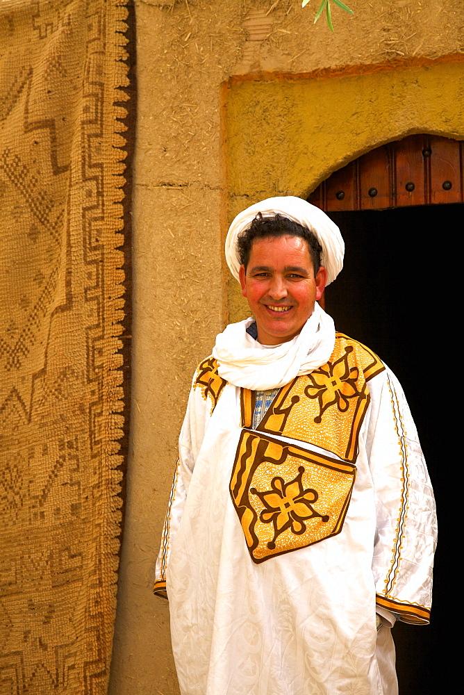 Berber man in Berber costume, Merzouga, Morocco, North Africa, Africa