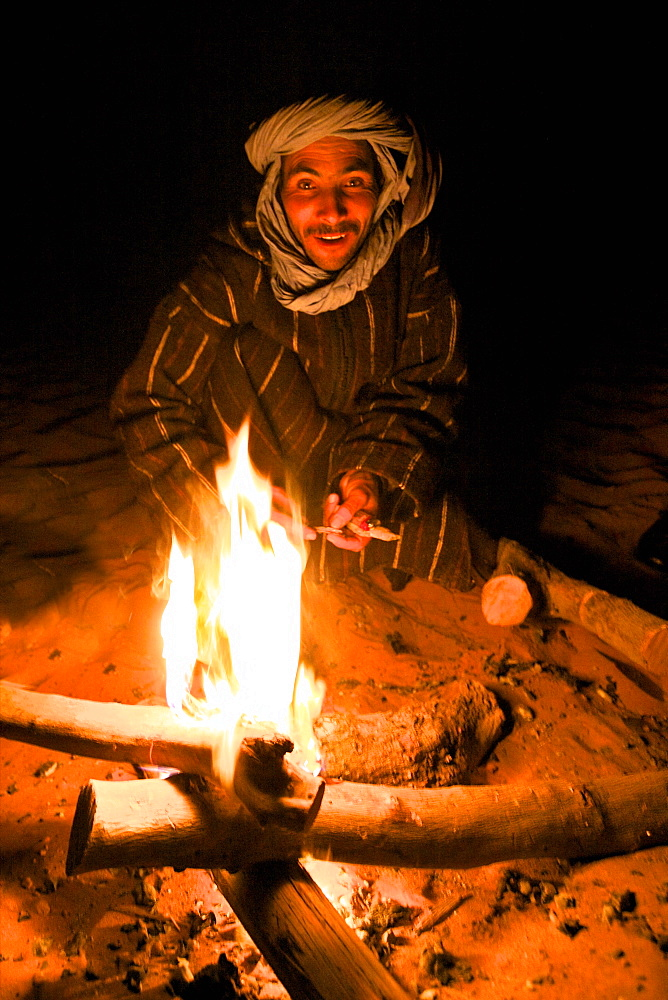 Berber man making camp fire, Merzouga, Morocco, North Africa, Africa