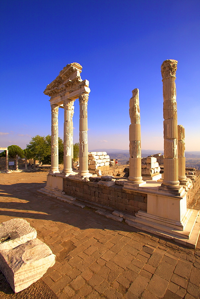 Temple of Trajan, Bergama (Pergamum), Anatolia, Turkey, Asia Minor, Eurasia