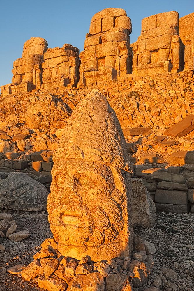 Head of Hercules, Mount Nemrut sanctuary, ruins of the Commagene civilization dating from the 1st century BC, Nemrut Dag, UNESCO World Heritage Site, Anatolia, Eastern Turkey, Asia Minor, Eurasia