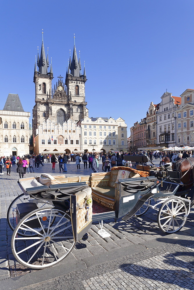 Horse carriage at the Old Town Square (Staromestske namesti) with Tyn Cathedral (Church of Our Lady Before Tyn), Prague, Bohemia, Czech Republic, Europe