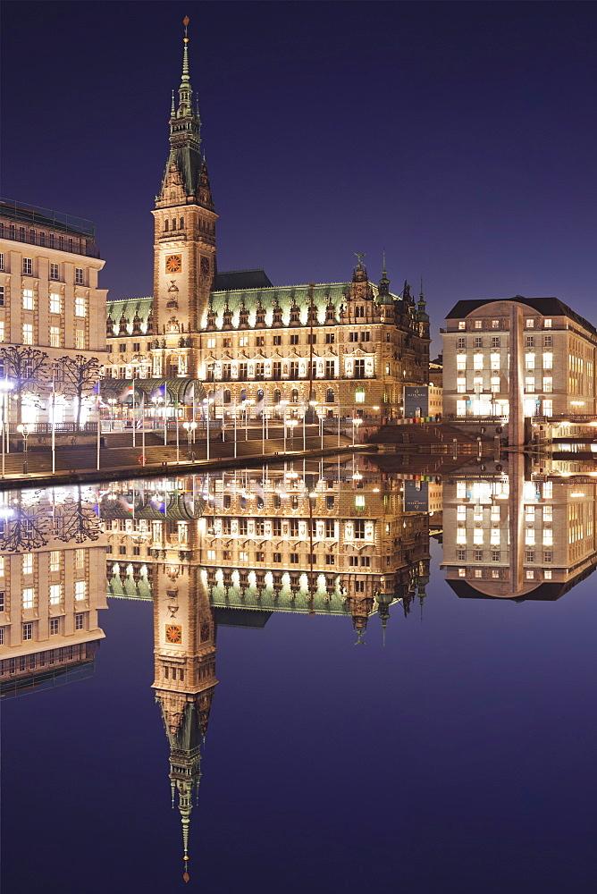 Rathaus (city hall) reflecting at Kleine Alster Lake, Hamburg, Hanseatic City, Germany