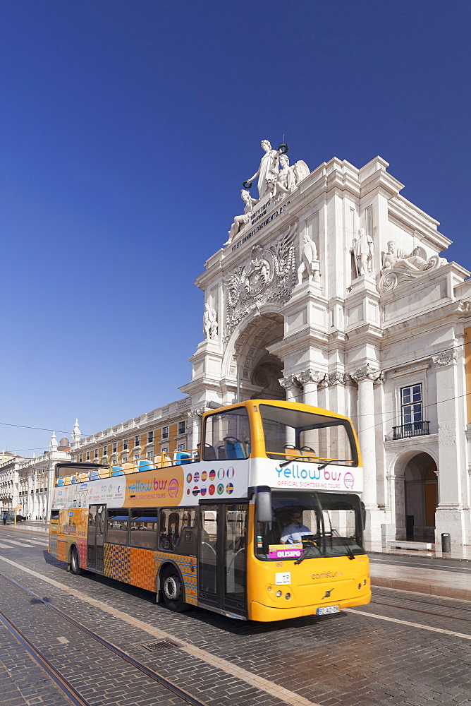 Sightseeing bus, Arco da Rua Augusta triumphal arch, Praca do Comercio, Baixa, Lisbon, Portugal, Europe