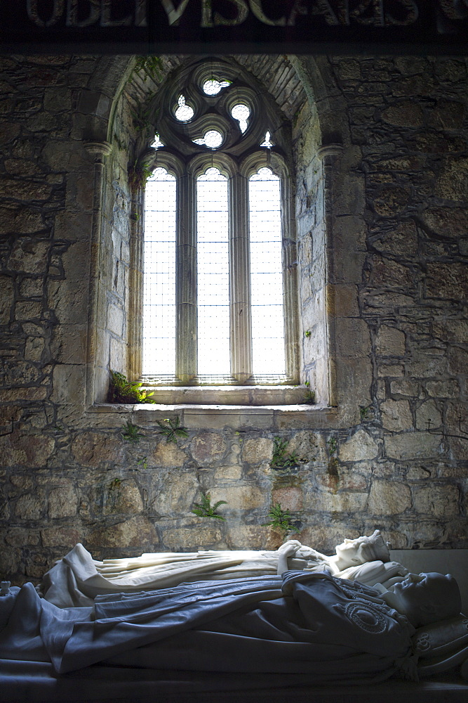 White marble tombs of Duke and Duchess of Argyll, George Douglas VIII eighth Duke and wife Ina, inside Iona Abbey, Isle of Iona, Inner Hebrides and Western Isles, Scotland, United Kingdom, Europe