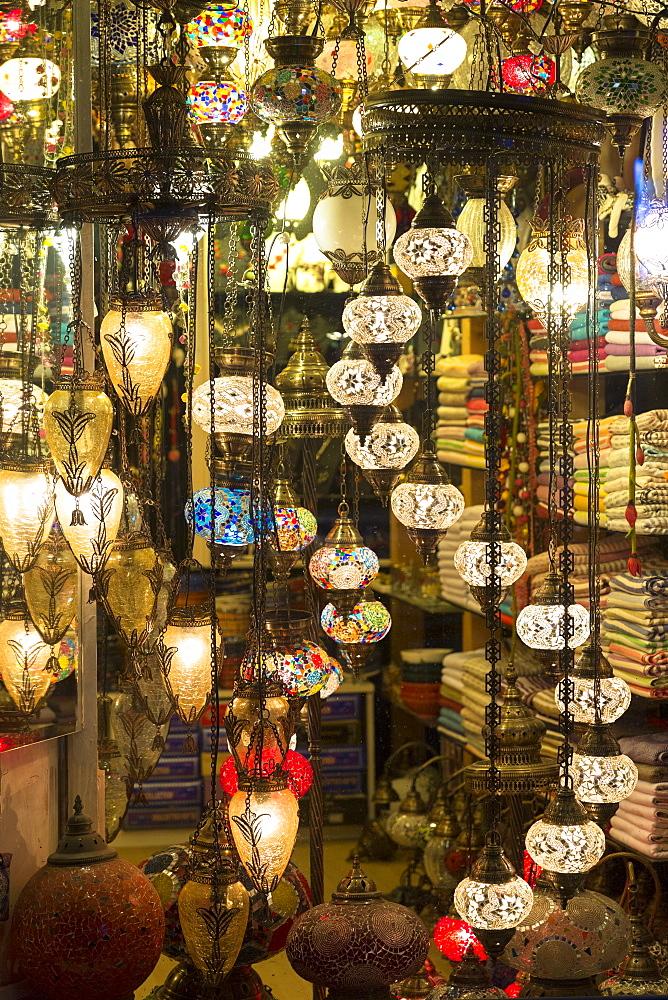 Traditional Turkish lamps in lighting and gift shop in Kucukayasofya Caddesi, Sultanahmet area of Istanbul, Turkey, Europe