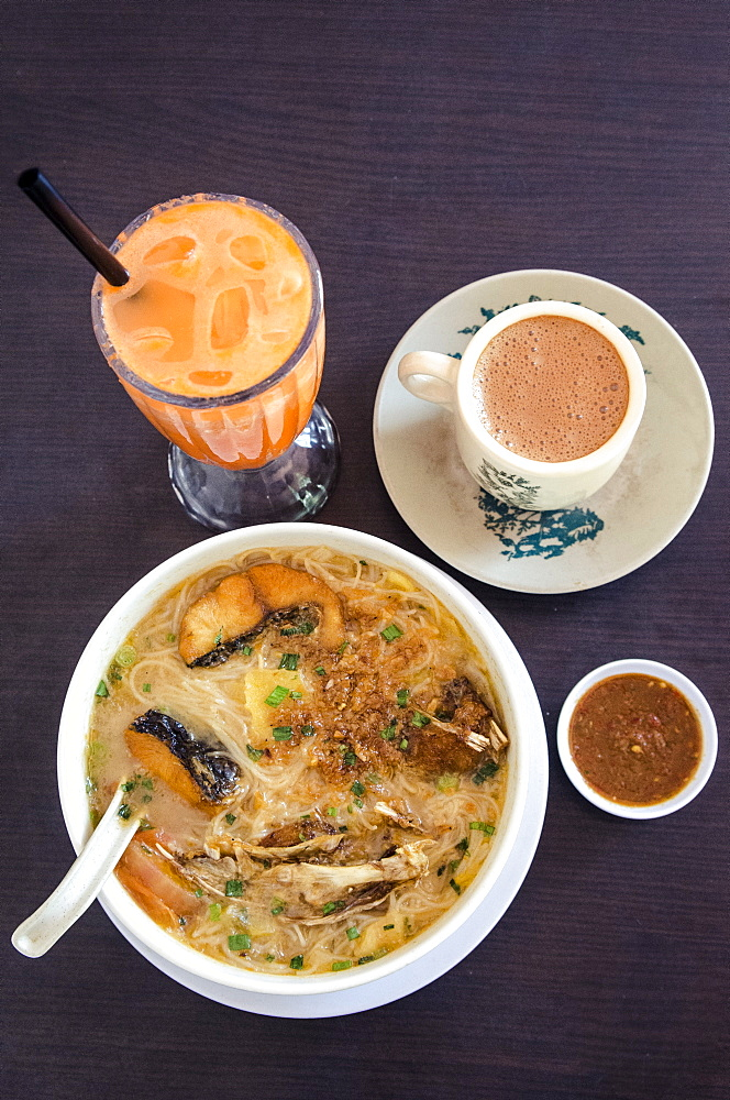 Kari kepala ikan (fish head soup), teh tarik (pulled tea) and fruit juice, Kuala Lumpur, Malaysia, Southeast Asia, Asia