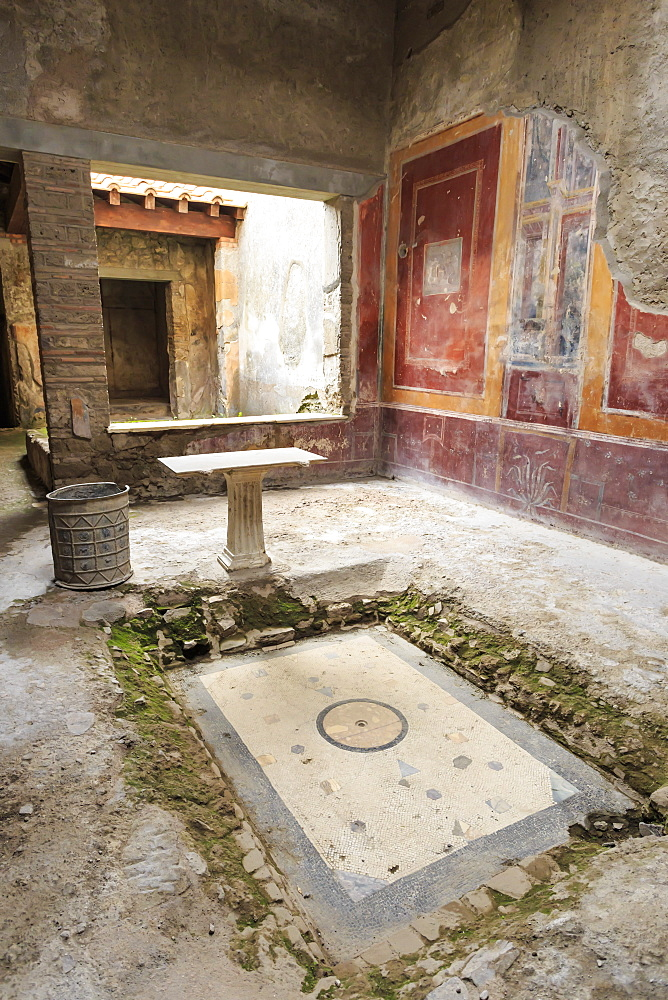 Impluvium, with table and drum, House of (Casa di) Fabius Amandius, Roman Pompeii, UNESCO World Heritage Site, Campania, Italy, Europe