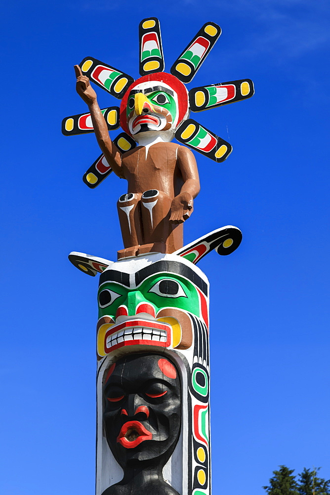 Colourful First Nation Totem Pole, Namgis Burial Grounds, Alert Bay, Cormorant Island, Inside Passage, British Columbia, Canada, North America