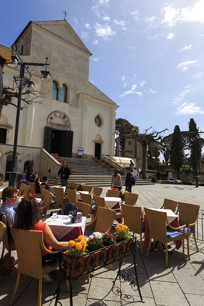 Couple in the sun at outdoor cafe table in Duomo square, with cathedral, Ravello, Costiera Amalfitana (Amalfi Coast), UNESCO World Heritage Site, Campania, Italy, Europe