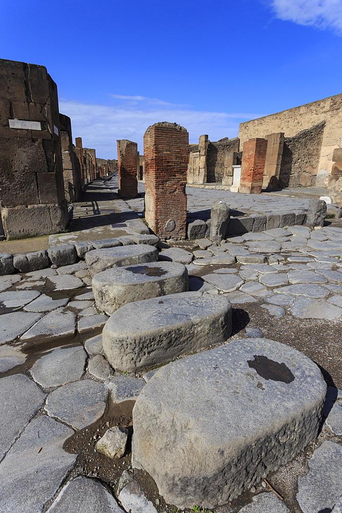 Cobbled street stepping stones, Roman ruins of Pompeii, UNESCO World Heritage Site, Campania, Italy, Europe