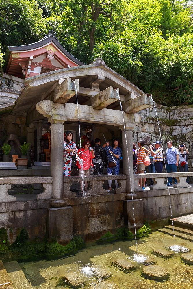 Otowa-no-taki spring, visitors taking sacred waters, Kiyomizu-dera, Buddhist temple in summer, Southern Higashiyama, Kyoto, Japan, Asia