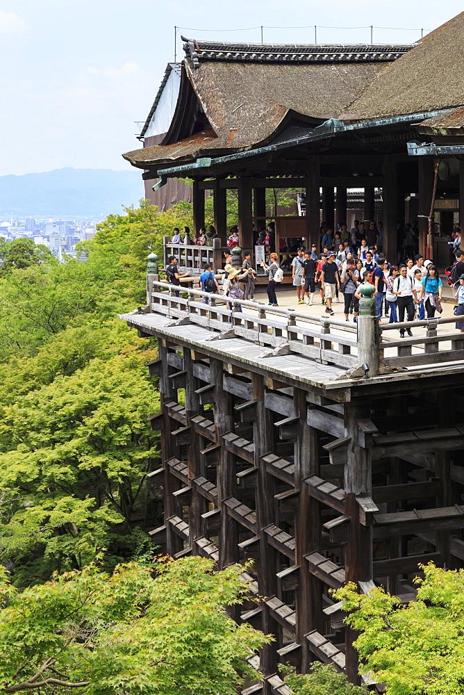Main hall, busy hillside veranda with huge wooden pillars, Kiyomizu-dera, temple in summer, Southern Higashiyama, Kyoto, Japan, Asia